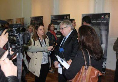 Изложбом у Брчком Бошњаци и Пољаци подмећу Русији злочин који је починио Гестапо – ДУШАН КОВАЧЕВ